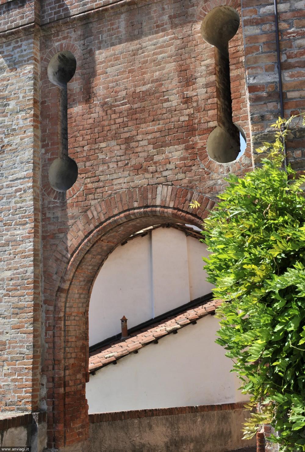 L'imponente arco di ingresso al ricetto del castello Falletti. <span class='photo-by'>Photo: Giulio Morra.</span>