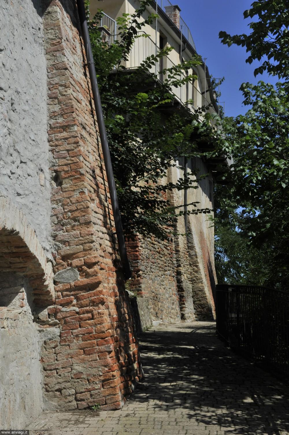 Strada lungo le mura del castello di Barolo. <span class='photo-by'>Photo: Giulio Morra.</span>
