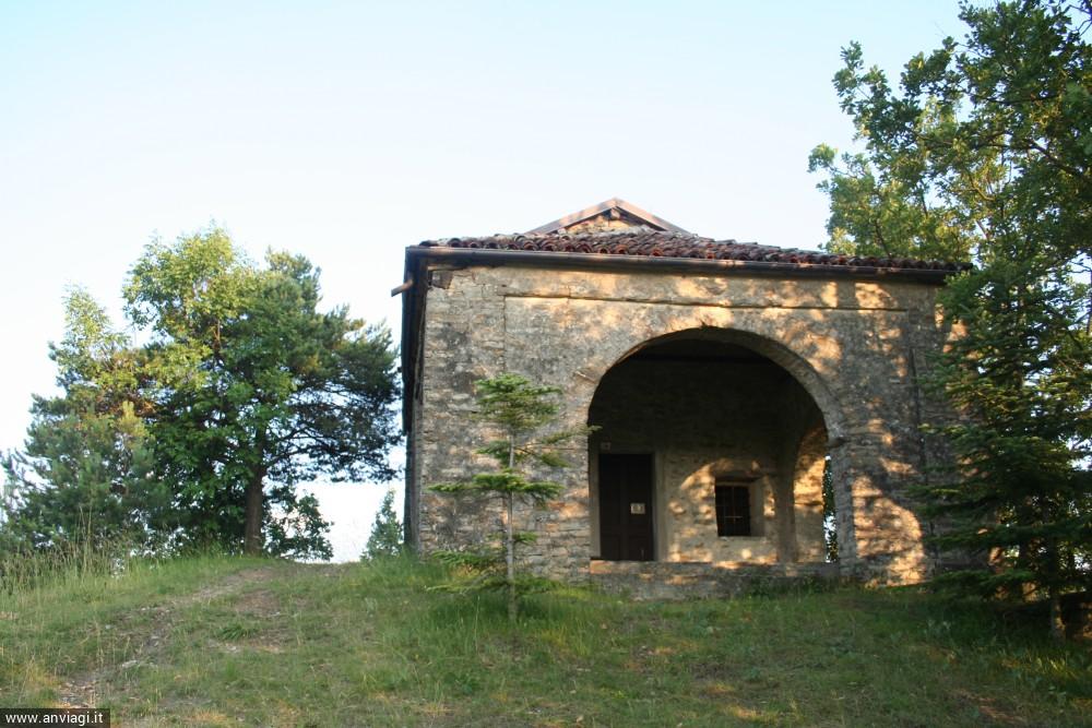 L'ingresso della chiesa di Sant'Elena a Castino. <span class='photo-by'>Photo: Diego De Finis.</span>