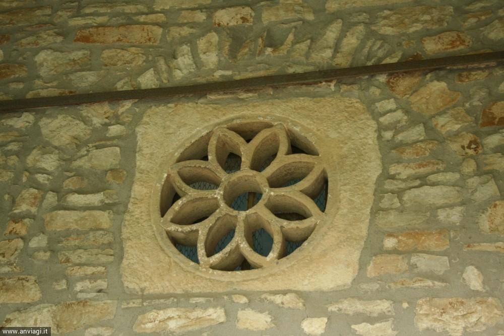Castino, chiesa san Rocco rosone in pietra particolare. <span class='photo-by'>Photo: Diego De Finis.</span>