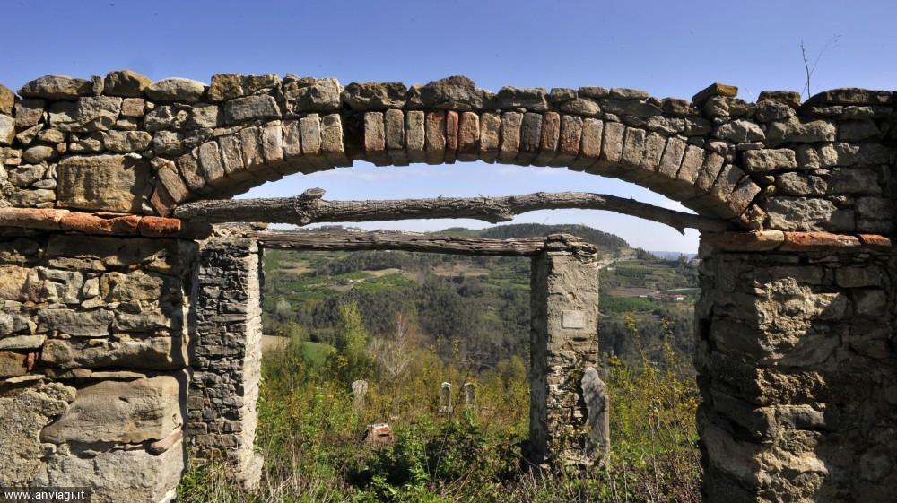 Particolare del vecchio cimitero abbandonato di Cerretto Langhe. <span class='photo-by'>Photo: Giulio Morra.</span>