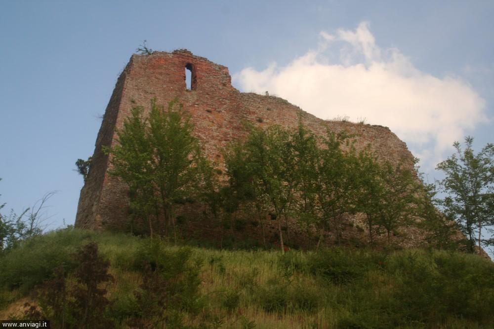 Resti delle massicce mura di Cortiglione. <span class='photo-by'>Photo: Diego De Finis.</span>